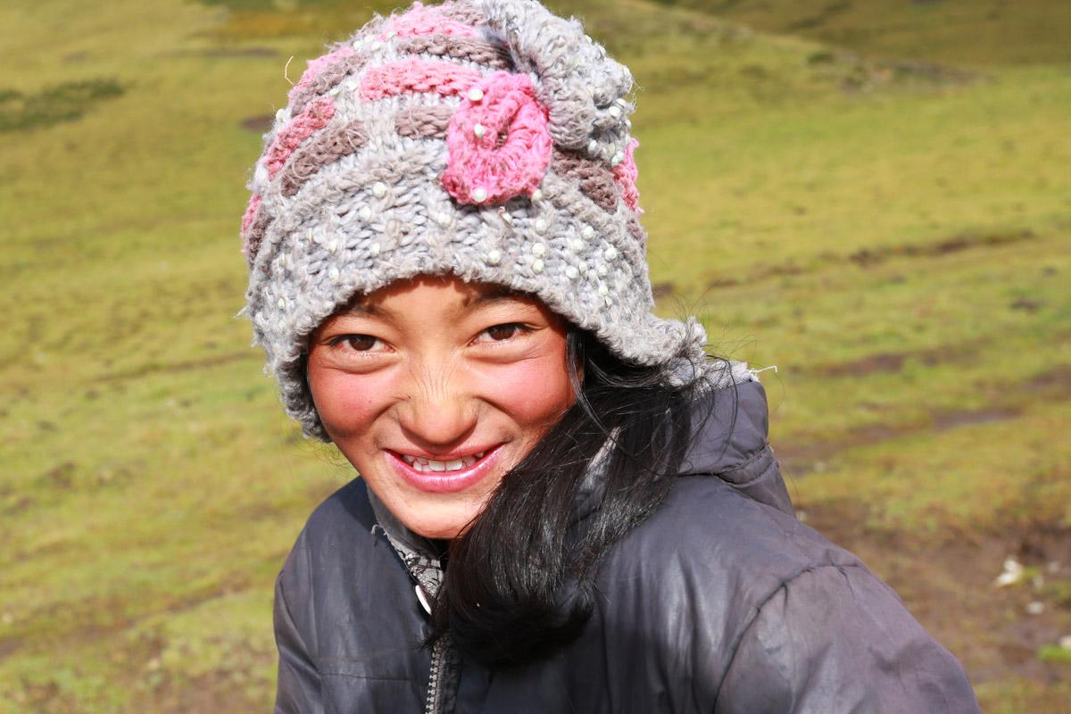 路边停留拍照,遇到当地藏民小美女。