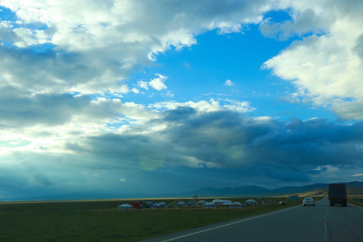 草原就是草原,连一颗树都没有,公路两边有当地开的藏家乐,可以骑马住宿。看到远处的那一抹黄了么,那是阳光照射的结果,很美的一条线。