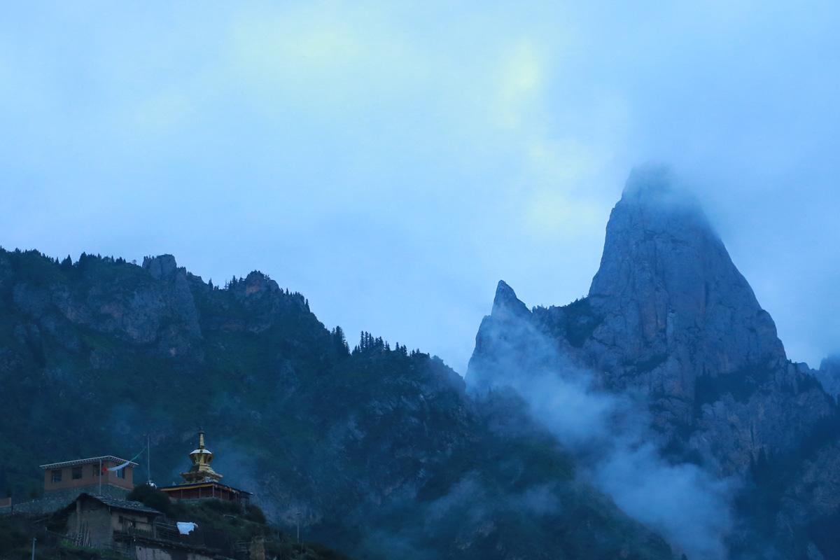 这座山当地人叫扎武当,汉人叫武当山,也就是五指山,那扎的意思就是山咯,那扎尕那就叫尕那山咯?我觉得我有当语言砖家的潜质....