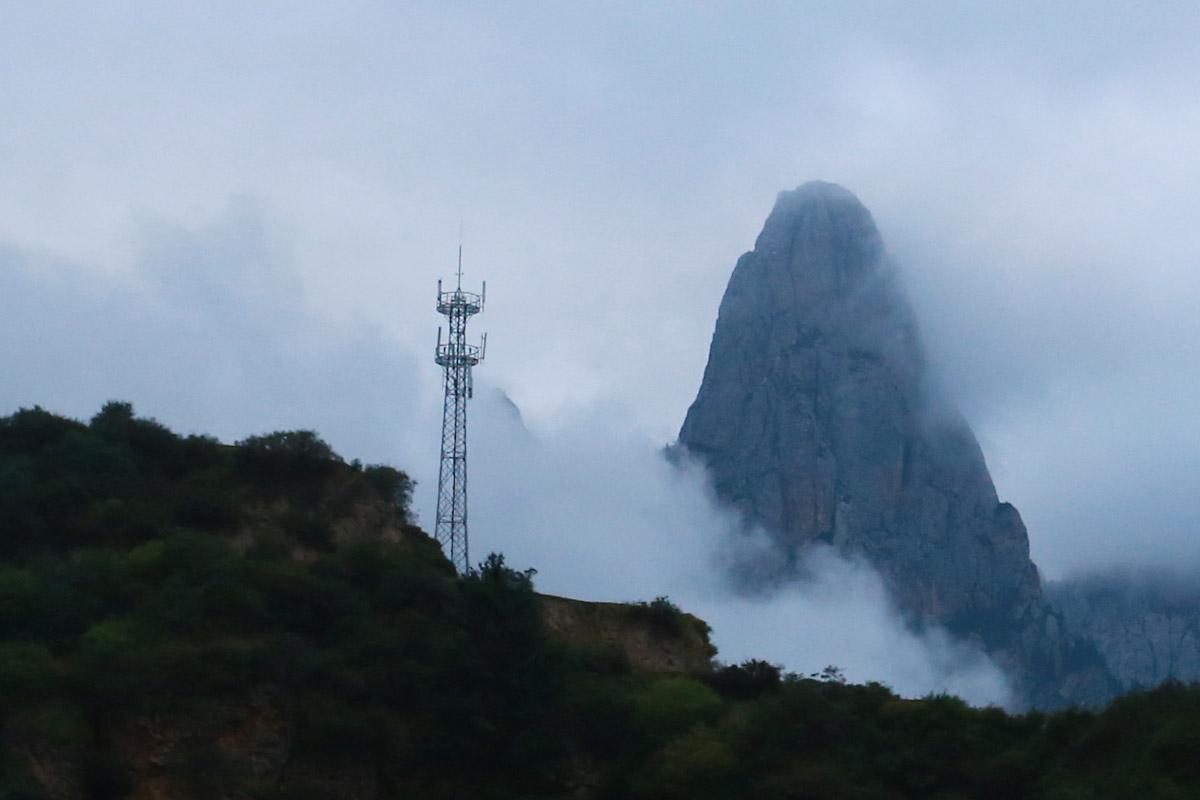 信号塔与远山