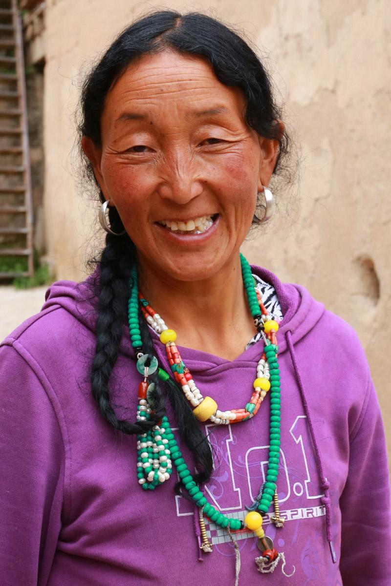 女主人不懂汉话,很难和我们交流,看我们准备进山,嘴里藏语不断,两手上下比划,我们不明白她的意思,直到她从厨房拿出火柴我们才明白,她是提醒我们山上有可能打不燃火机,带上火柴保险些。