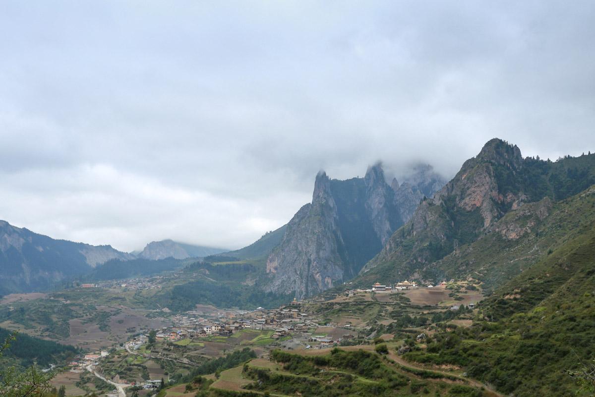 爬到栈道附近,回望扎尕那村和业日村