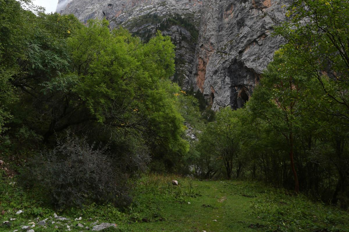 一条小路通向石头山,里面有一个天然形成的山洞,像是有人隐居于此