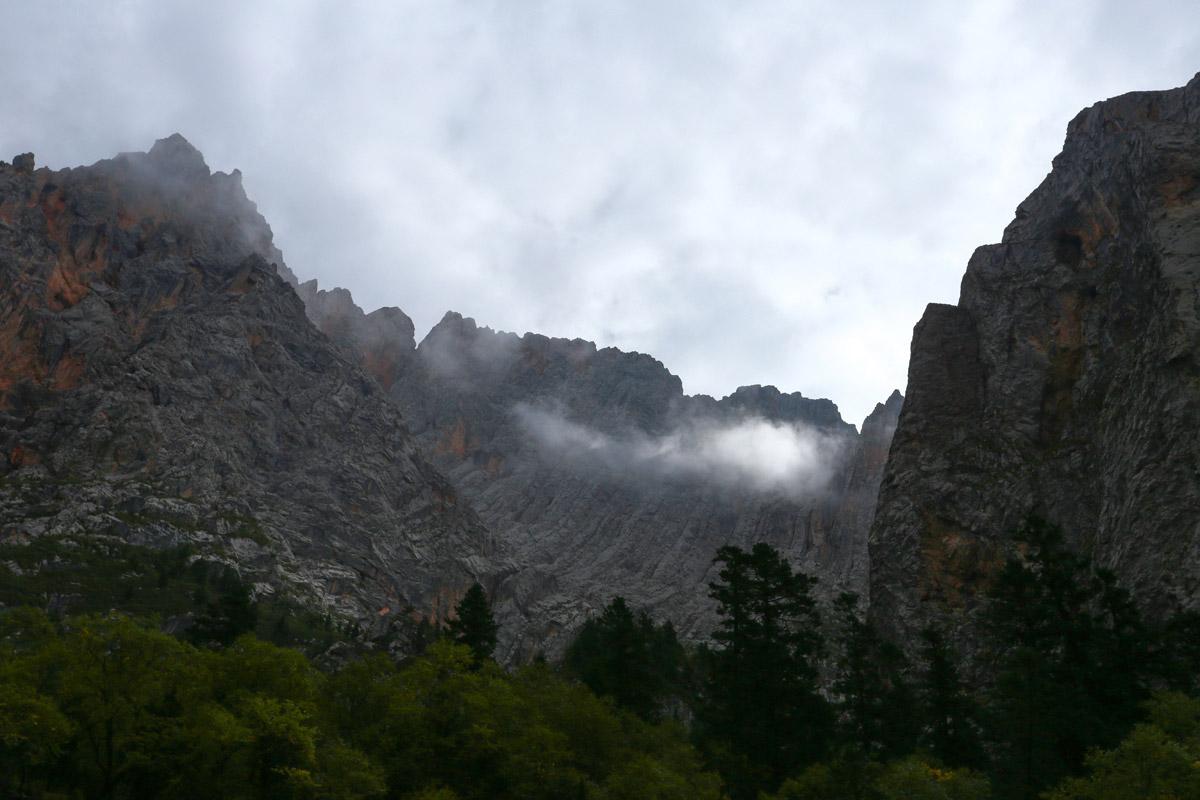 扎尕的意思是白色的石头,那是匣子的意思,扎尕那就是石匣子,一座天然石头城。