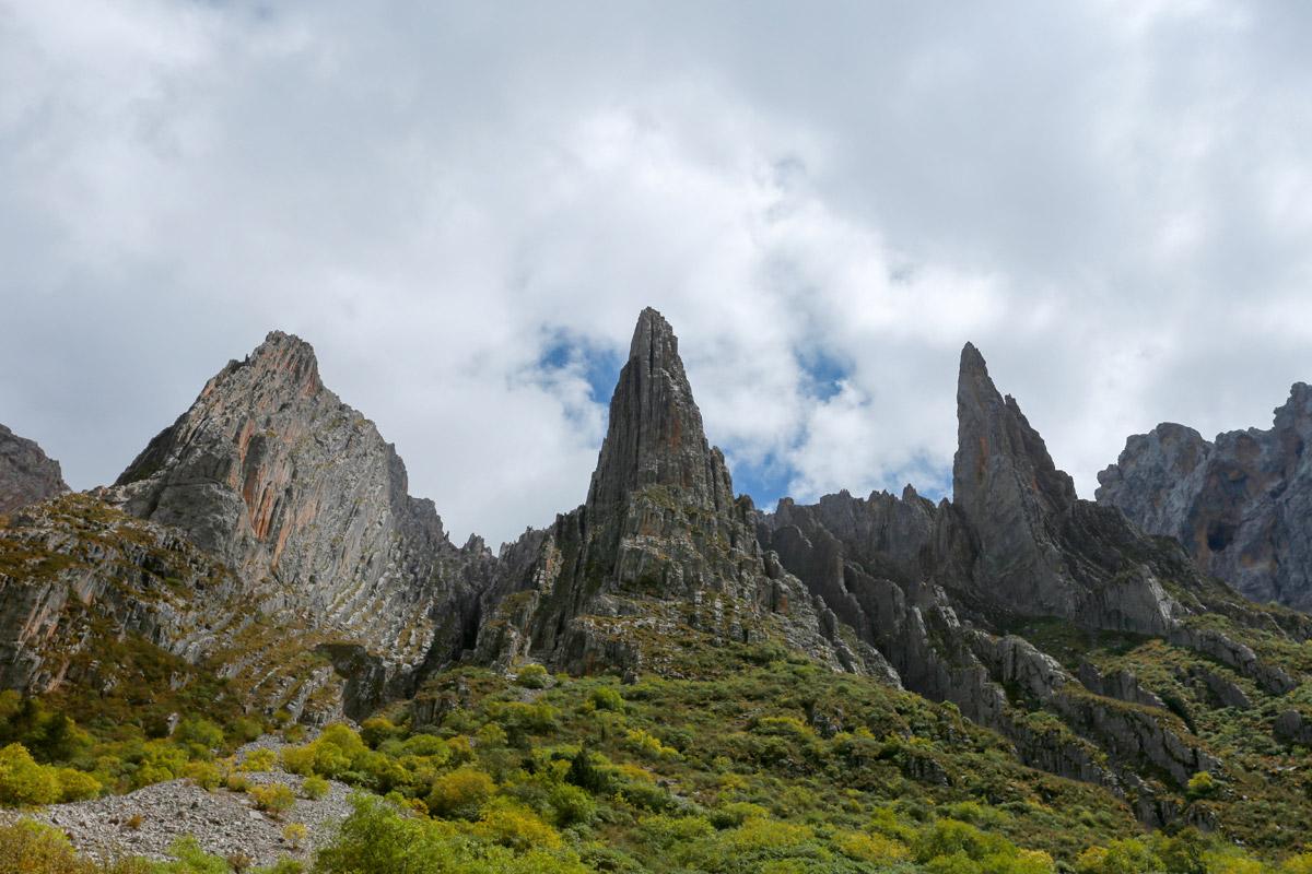 据说右边两座山是守卫涅干达娃山神的两位将军。这个地方能够玩几天,我真的想走过去看下这些刀片一样的山是什么样子的。再遇到好的光影,一定会拍出很漂亮的风景