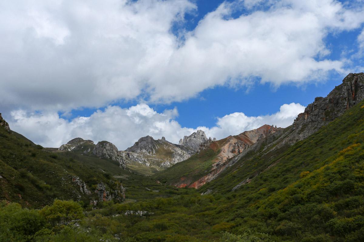 天越来越蓝,地势也平缓了很多,我们渐渐从峡谷中走出来