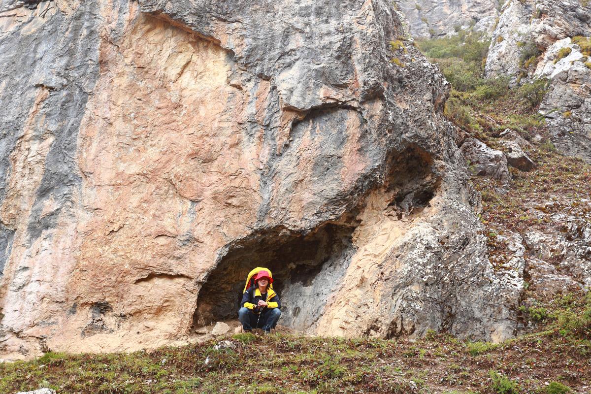 遇到冰雹 找了附近的山洞躲一躲