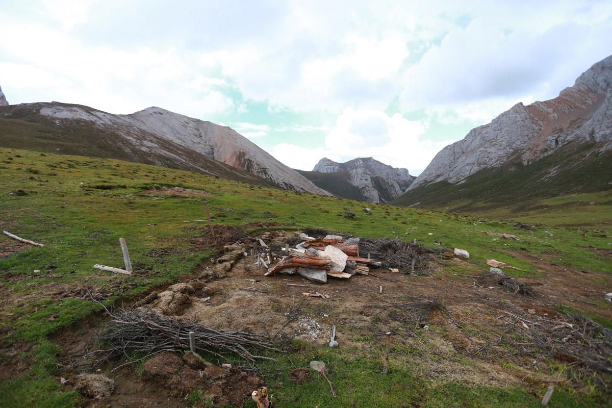 一处当地牧民扎营的地点,多年的藏区户外经验告诉我们,不要在这里扎营,我们有可能被收五星级宾馆的费用。