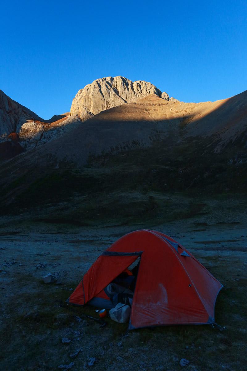 太阳慢慢爬起来,还未普照到我们的帐篷。
