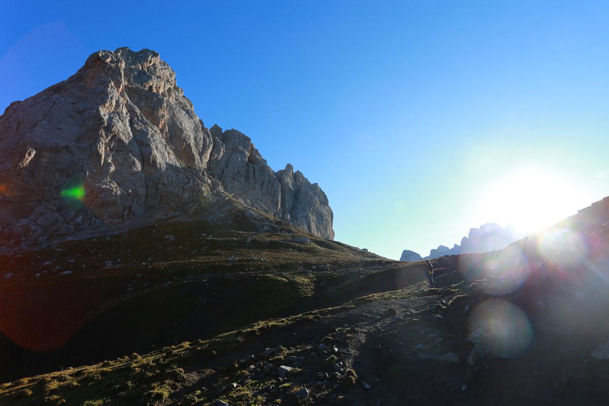 马上就要到达卡拉克垭口了,左侧的石灰岩山体就是光盖山,山的另一侧就是通向卓尼的卡车沟,因此这个山也是迭部和卓尼的分界线。