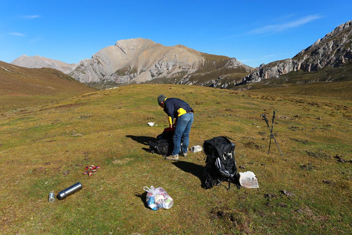 拔营结束,把所有装备归类整齐,备好路餐,将垃圾汇集到白色的垃圾袋中。整个营地就像是我们没有来过一样。