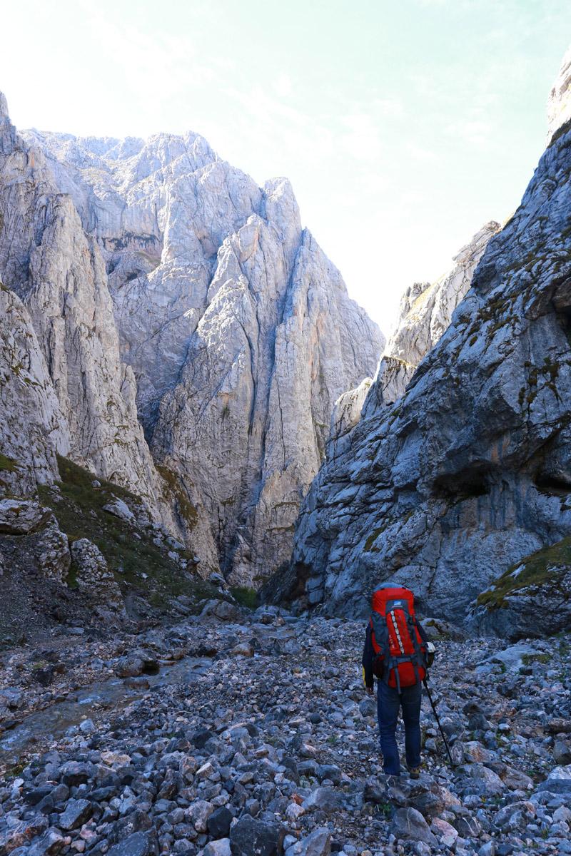 前方进入峡谷地段,下山的路两侧都是高耸直立的岩壁,非常震撼!