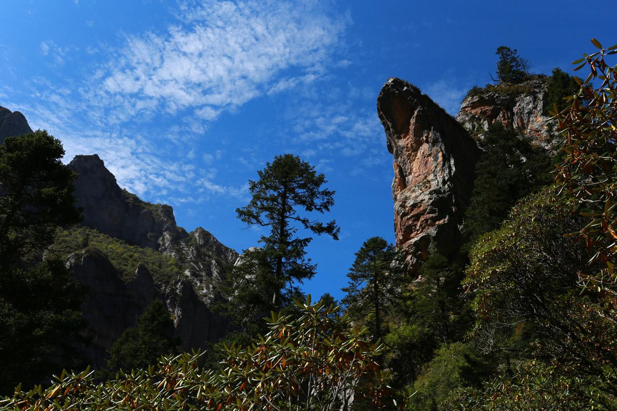 这个类似倒靴石的山体感觉随时都可能倾覆下来,在这里随时注意山崩和滚石,尤其是下雨天一定不要贸然进山或者通行。