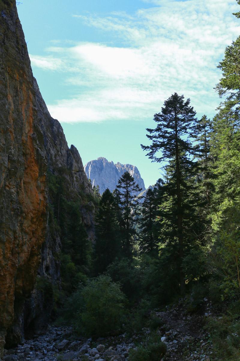 远处一座孤山慢慢出现在河谷的另一端,卓尔不群,巍峨壮丽。