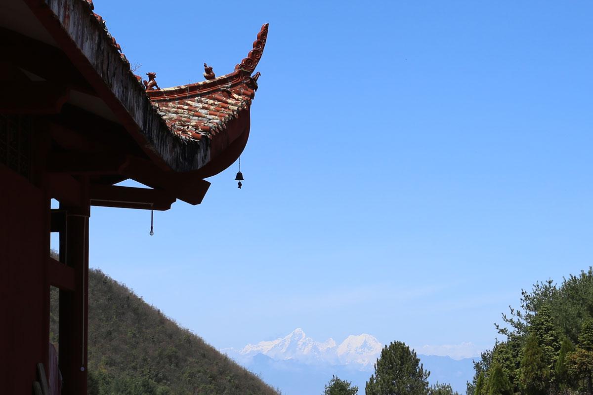 寺庙和远山