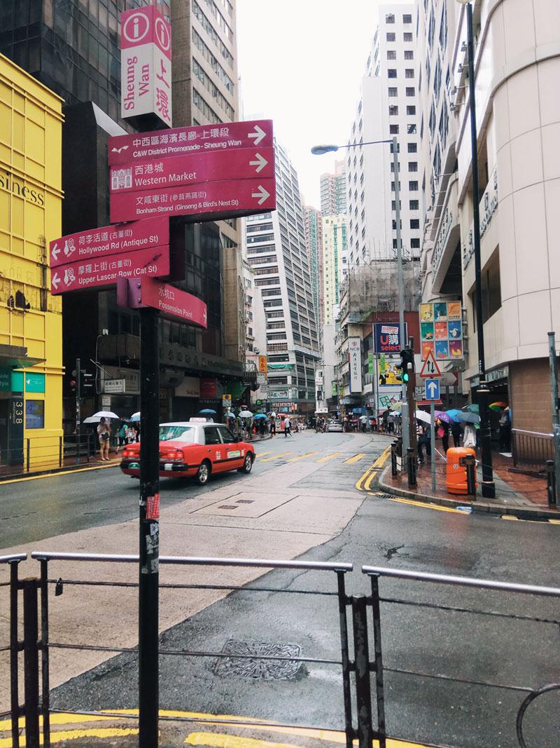 香港街头有很多这种护栏,自己曾挨个晃了下,实心镀锌杆,很结实耐用