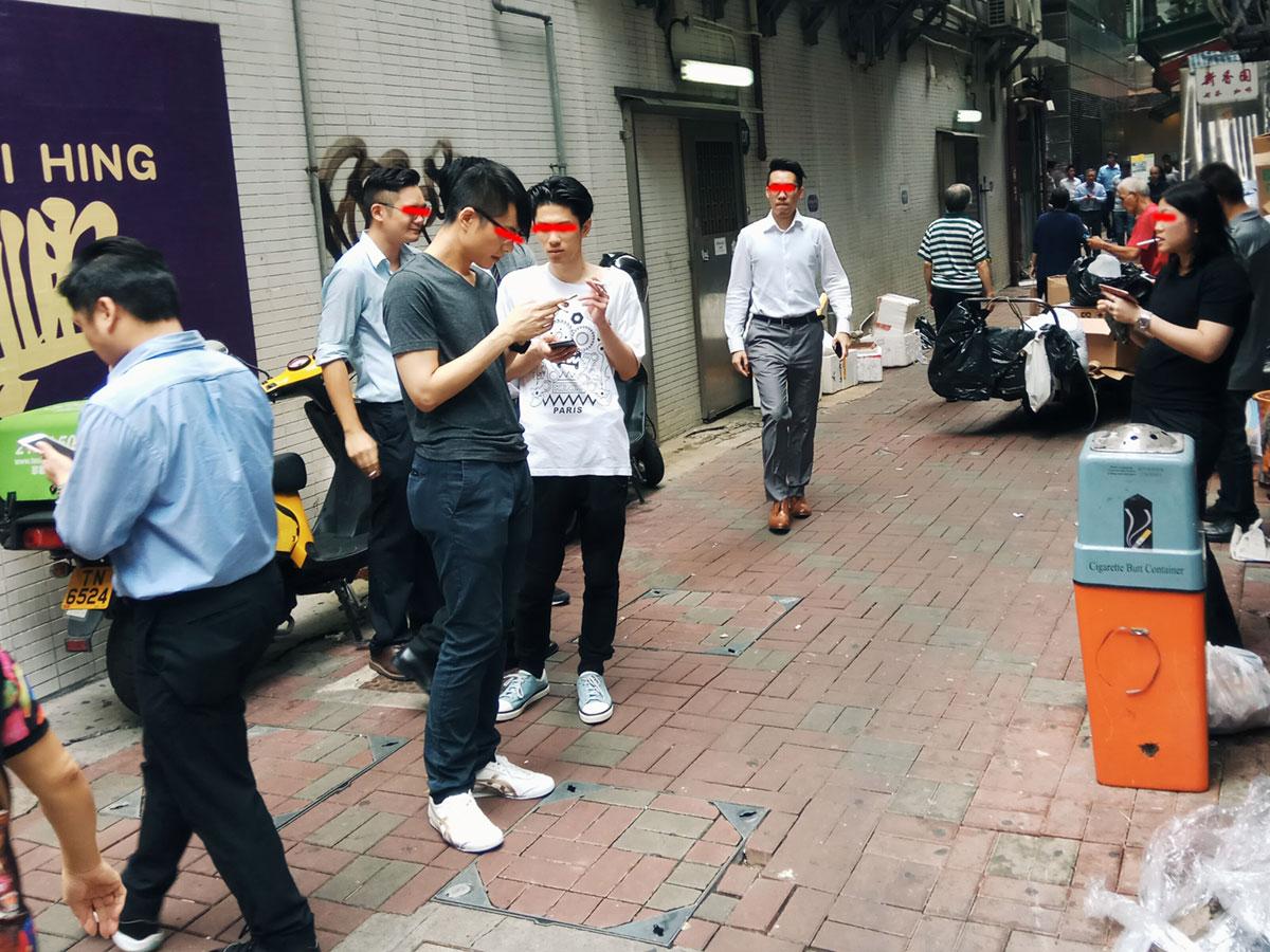 经常看到香港年轻人在楼下吸烟,这里吸烟比例比内地高,不知道是不是压力大的原因