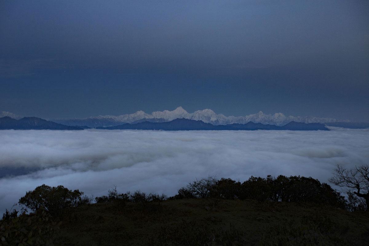 与日出方向相对的地方就是贡嘎群山,静若处子,流云暗涌,迎接日出带来的升华。