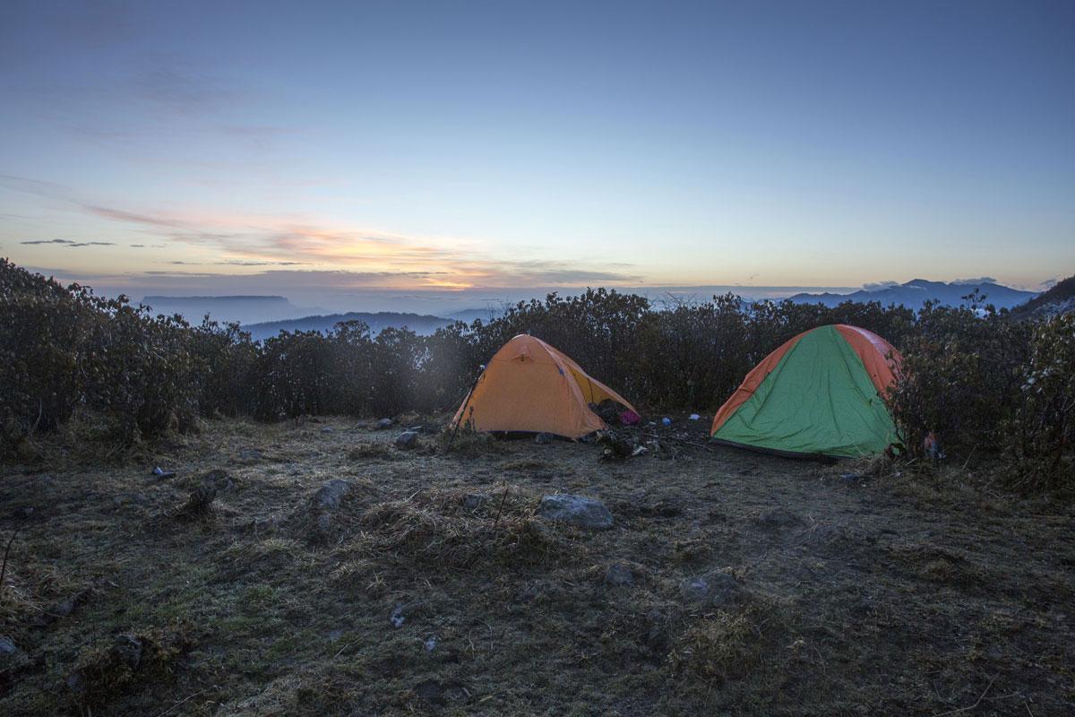 日出前的营地,只有两顶帐篷。