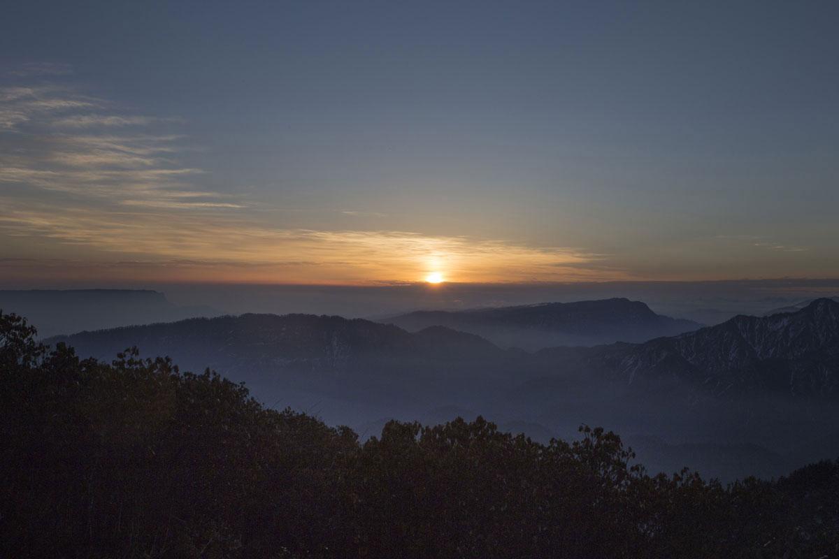 万般辛苦只为看到日出的这一刻,等待第一缕阳光照射在自己的脸庞上,让脸庞变成金色,让眼睛感受微微的刺痛,让周围的的世界由暗变明。