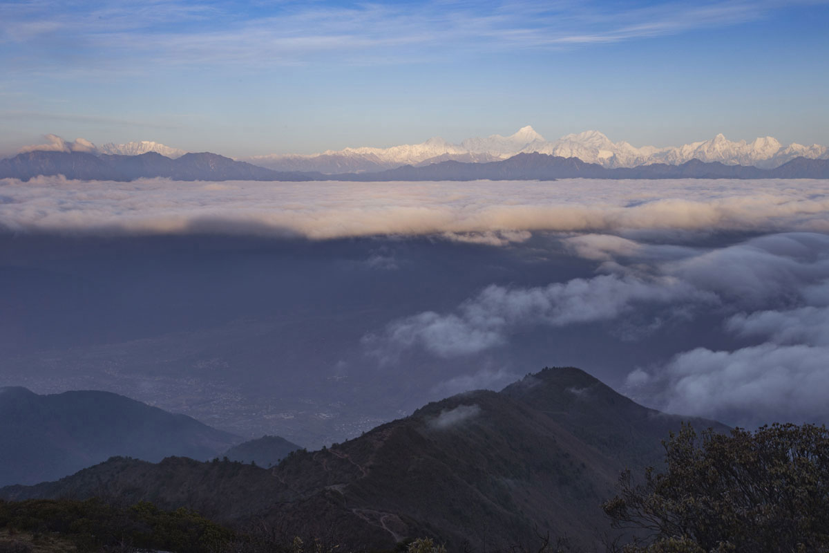 云海将眼前分割为两个世界,下面九襄镇,上面是贡嘎山,之前从来没有想过这两个地方会同框。