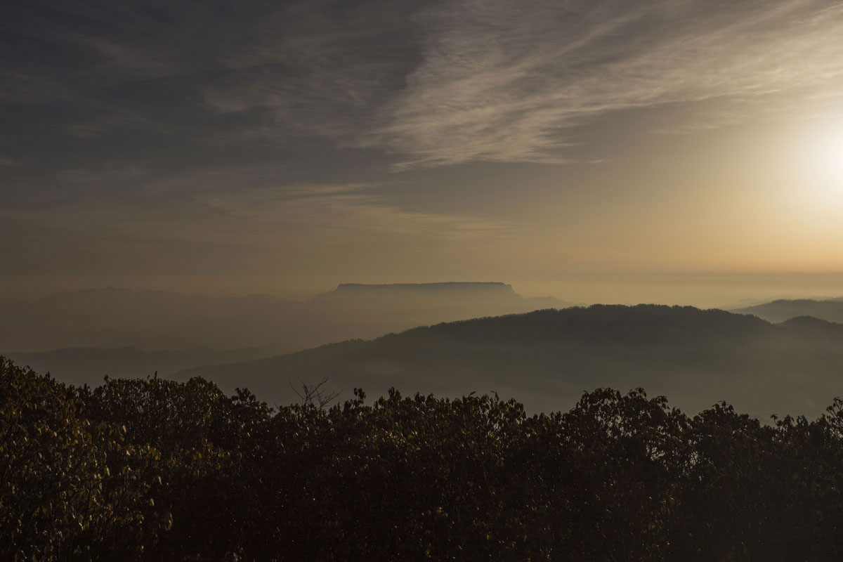 大瓦山,世界第二的桌山,第一好像在南非开普敦。是个平头的山,据说山上有一条河,还有一个简单的小庙。自己曾几年前骑车拜访过他,但又是云雾缭绕,没有看到它的真容,这次把这个遗憾填补了。