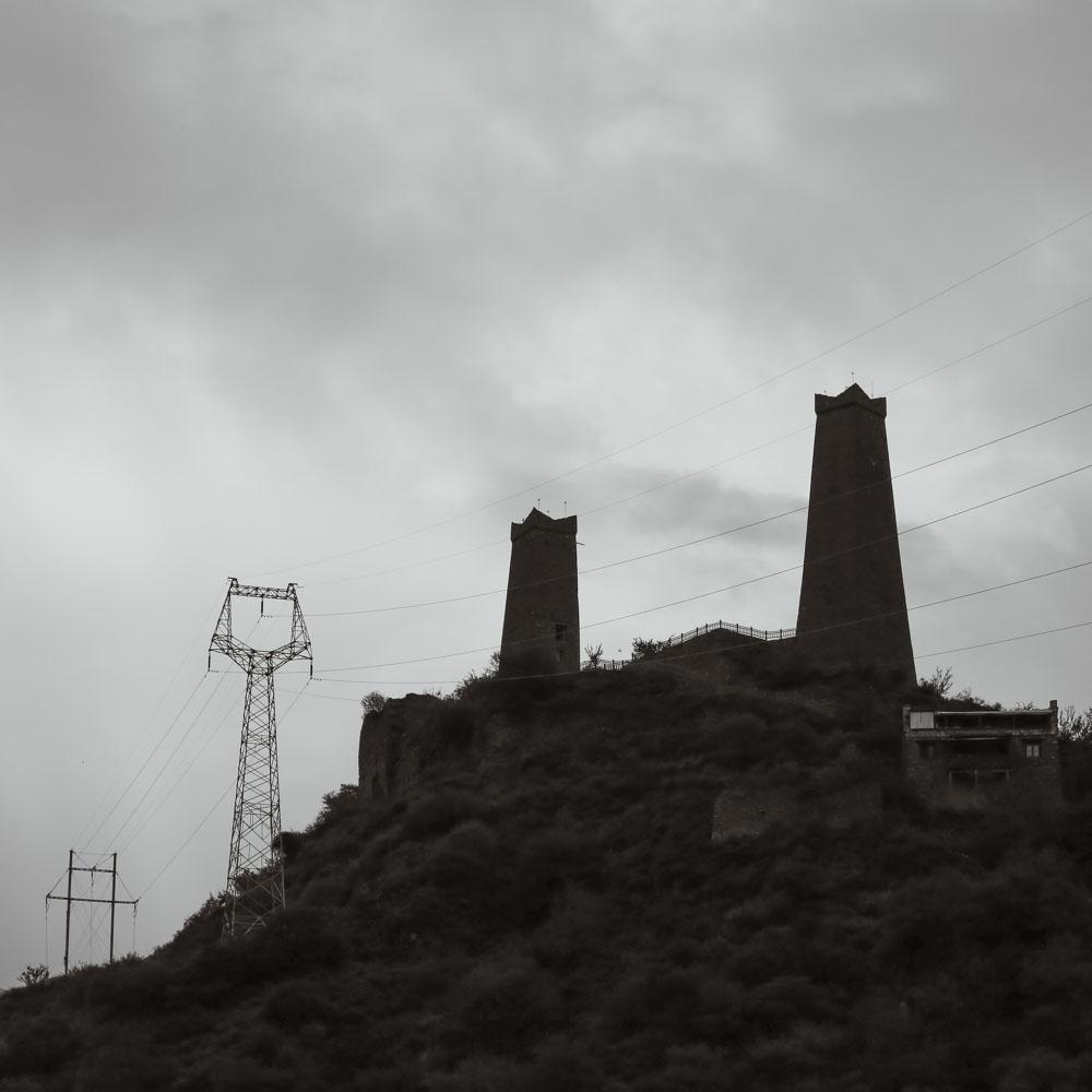 八角碉楼是羌族人的主要建筑,既可以防御敌人,又可以居住生活,还可以进行祭祀活动。碉楼用石头砌成,修一层晾一年,十几层的碉楼一般修成需要十几年,所以异常坚固。现如今,他们的实用性丧失殆尽,确然我们感到无比震撼!