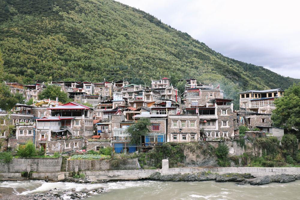 河对岸是西索民居,当年是居住在卓克基土司官寨附近的商人、手工艺者聚集点,现在是西索村。这里的建筑有着典型的嘉绒藏族特色。